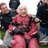 100-Jährige feierte mit Fallschirmsprung