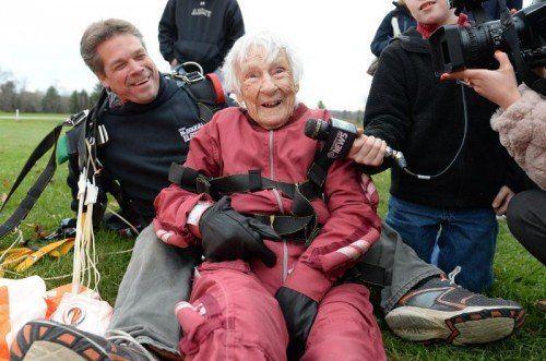 Für Eleanor Cunningham war es schon der dritte Fallschirmsprung. Mit dem Sport fing sie im Alter von 90 Jahren an.  Foto: AP