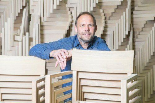 Günter Schobel hat den Möbelhersteller Längle & Hagspiel 2006 gekauft und saniert. In der Produktion in Höchst werden neben Tischen und Bänken rund 15.000 Stühle pro Jahr produziert. Fotos: VN/Steurer