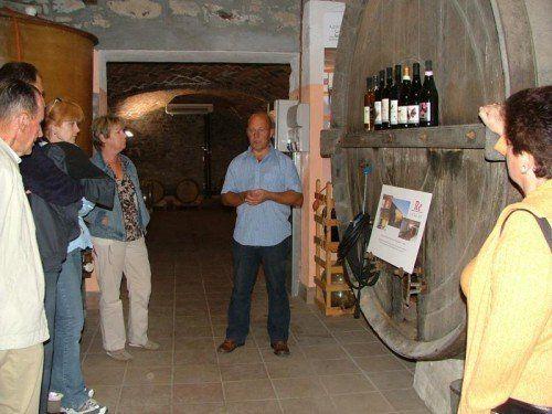 Harald König in seinem Weinkeller. Seit über zehn Jahren ist er Winzer im piemontesischen Montabone. Foto: privat