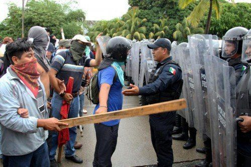 Hunderte Demonstranten stürmten den Flughafen im mexikanischen Urlaubsort Acapulco.  Foto: EPA
