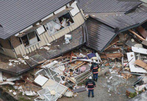 In Hakuba (Japan) stürzten mehr als zehn Häuser ein. Mindestens 40 Menschen wurden verletzt. Foto: Reuters