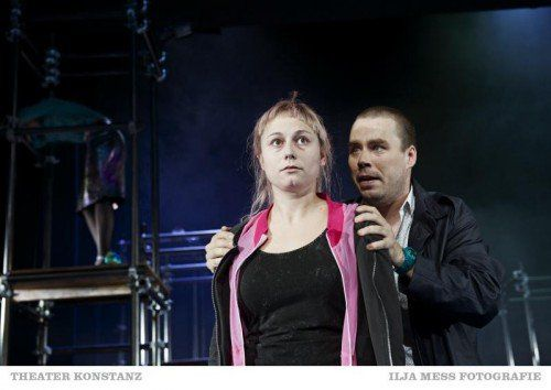 Ines Hollinger und Thomas Fritz Jung in den Fängen totalitärer Sicherheitsmaßnahmen. Foto: Theater/Ilja Mess