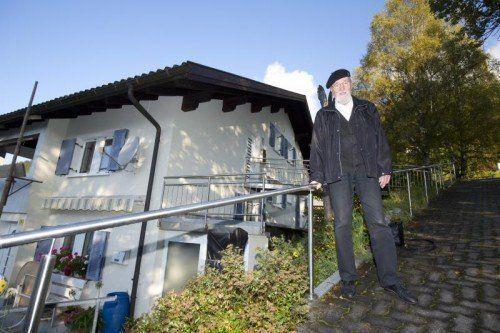 Joachim Roehder vor seinem Feriendomizil in Bartholomäberg, dem Haus Brigitte.  Foto: Roland Paulitsch