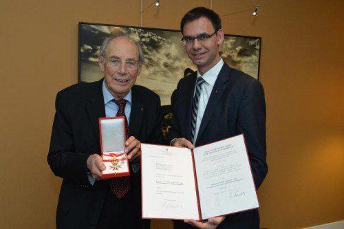Landeshauptmann Wallner verlieh Spar-Pionier Luis Drexel das Ehrenzeichen im Namen des Bundespräsidenten.  Foto: VLK