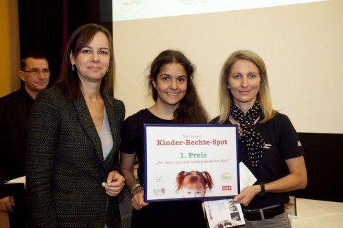 Lena Feurstein (Bildmitte) mit Nicole Kantner (r.) und Ministerin Karmasin.  Foto: youngcaritas