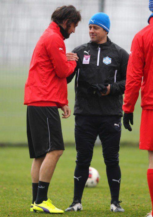 Mattias Sereinig (l.) begrüßt seinen neuen Trainer Helgi Kolvidsson. Mit ihm hatte er einst als junger Spieler beim FC Kärnten gespielt. Foto: gepa