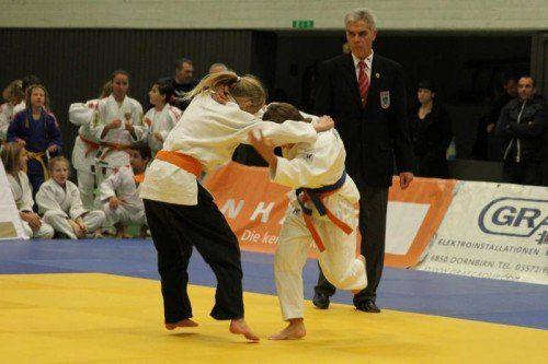 Michelle König (schwarze Hose) gewann die 40-kg-Klasse in der U-14- und U-16-Klasse. Foto: schwämmle