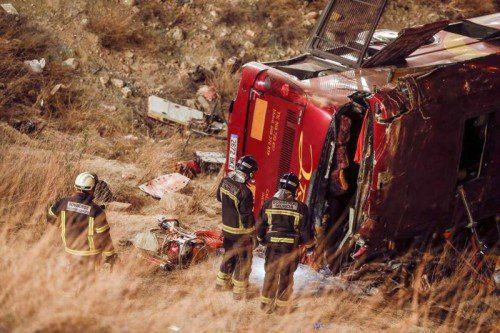 Mindestens 14 Personen sind bei dem schweren Unglück ums Leben gekommen. Der Bus stürzte eine Böschung hinab.  Foto: EPA