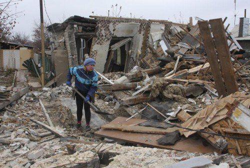 Nach den Artillerieangriffen ist von diesem Haus in Donezk nicht viel übrig geblieben. FOTO: EPA