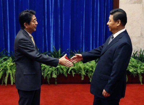 Nach jahrelanger Eiszeit gehen Chinas President Xi Jinping und Japans Premierminister Shinzo Abe aufeinander zu.  FOTO: AP