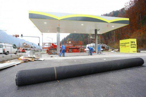 Noch sind die Bauarbeiten im Gange, aber schon im Dezember soll die neue SB-Tankstelle in Betrieb gehen.  Foto: VN/Hofmeister