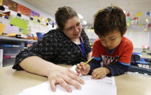 Pädagogen wären von Kürzungen betroffen .  FOTO: AP