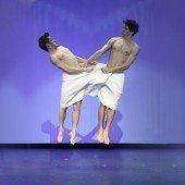 Zwei Männer und der Tanz mit dem Handtuch
