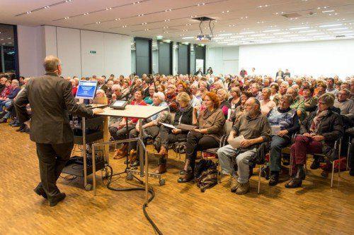 Primar Bernhad Föger traf im Panoramasaal auf ein interessiert lauschendes Publikum.  Fotos: vn/Stiplovsek
