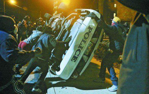 Seit der Entscheidung, dass der Polizist Darren Wilson (kl. Bild) nicht angeklagt wird, gibt es Proteste in Ferguson und anderen US-Städten. Fotos: Reuters, Ap