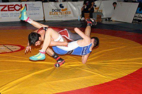Simon Hartmann (blaues Trikot) setzte sich gegen Hamsat Asuchanov mit 13:11-Punkten durch.  schwämmle
