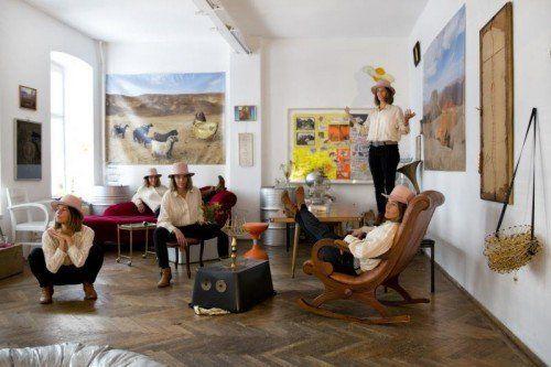 Stark präsent: Vorarlberger Künstlerin Barbara Anna Husar in ihrem Atelier in der Zuckerlfabrik in Wien. Foto: Lisi Specht