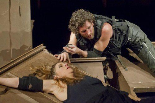 """Szene aus """"Der Weibsteufel"""" am Vorarlberger Landestheater."""
