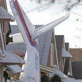Flugzeug stürzt in Wohnhaus
