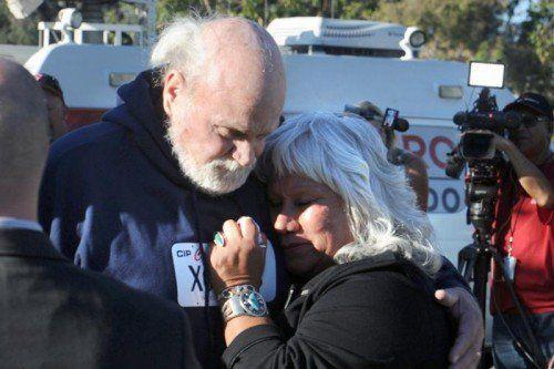 Vor dem Gefängnis wurde der 68-Jährige, der nun vorerst eine elektronische Fußfessel tragen muss, von seiner Ehefrau erwartet. Foto: AP