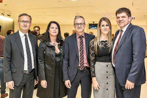 Vorstandsvorsitzender Gerhard Hamel mit Alexandra, Vorstandsdirektor Helmut Winkler sowie Vorstandsdirektor Stephan Kaar (r.) mit Christina Frick. Fotos: Volksbank