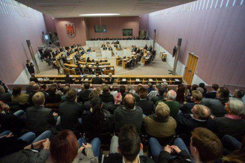 Waren zeitweise bis auf den letzten Platz besetzt: die Zuschauerränge im Landtagssaal.  Foto: VN/Steurer