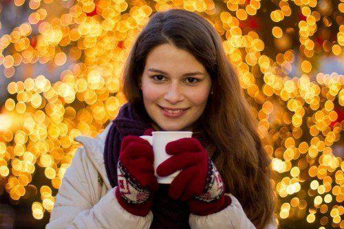 Weihnachtsmärkte im ganzen Land bringen Farbe in das triste Vorarlberger Grau – sehr zur Freude von Lara aus Hörbranz.  Foto: VN/Steurer
