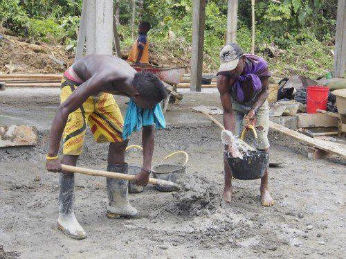 Zwei Bewohner des Departamento del Chocó graben ein Loch, in das dann ein Trinkwassertank installiert wird.  Foto: privat
