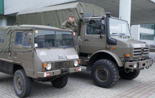 Zwei Transportfahrzeuge der Walgaukaserne. Derzeit kann ein Drittel der Soldaten transportiert werden.  Fotos: VN/Hartinger