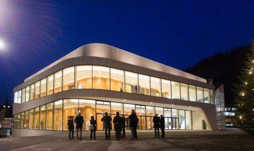 Am Mittwochabend wurde zum ersten Mal die Außenbeleuchtung des neuen Montforthauses in Betrieb genommen.