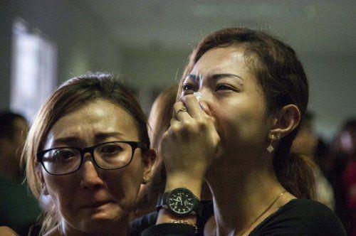 Angehörige warteten verzweifelt am Flughafen. Von der Maschine fehlte bis gestern Abend jede Spur.  Foto: AP