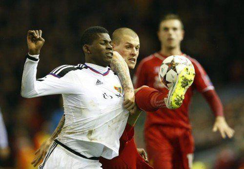 Basels Breel Embolo (l.) in einem spektakulären Zweikampf mit Liverpools Martin Skrtel. Foto: ap
