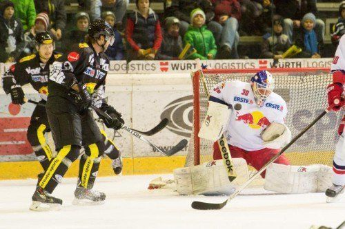 Bullen-Goalie Bernd Brückler ließ sich von Andy Bohmbach (l.) und Zdnek Blatny (M.) nicht mehr bezwingen und hielt den Sieg fest. Foto: Stiplovsek