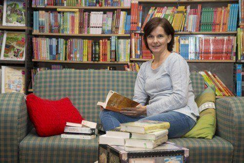 Caroline Gillmayr sorgt mit Kaffee und Keksen für eine gemütliche Atmosphäre im Bücherwurm.  Fotos: VN/RP