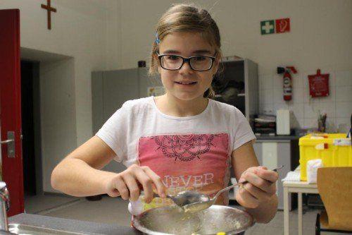 Die 12-jährige Rebecca steuerte einen kulinarischen Beitrag aus Österreich zu dem bunten Menü bei: steirische Topfenknödel.  Foto: sis