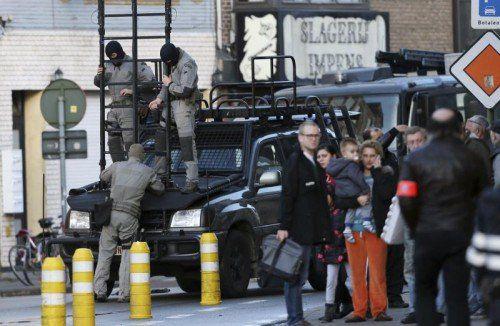 Die Behörden hatten die Angaben sehr ernst genommen: Die Polizei sperrte das betroffene Mehrfamilienhaus weiträumig ab.  Foto: Reuters
