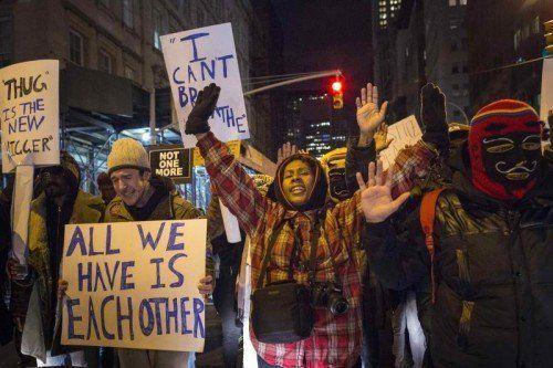 Die Demonstranten, wie etwa diese in Manhattan, fordern lautstark mehr Schutz für Afroamerikaner vor ungerechtfertigter Polizeibrutalität.  RTS