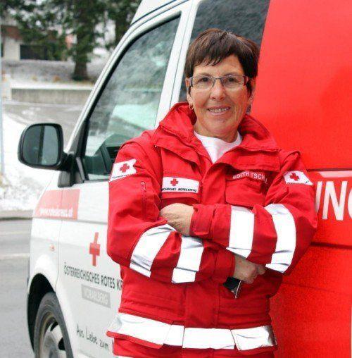 Die Gortipohlerin Edith Tschofen arbeitet seit 22 Jahren für das Rote Kreuz. Sie war Vorarlbergs erste Sanitätskraftfahrerin.  Foto: Schwald