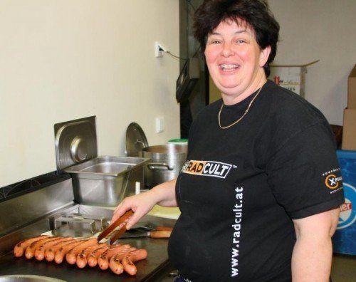 Die Hobby-Köchin Christine Stark sorgt beim Hallenturnier in Wolfurt für das Wohl der Fußballfans. Foto: Knobel