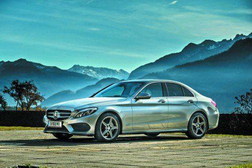 Die neue Mercedes C-Klasse gibt es mit verschiedenen Front-Designs. Besonders sportlich wirkt die Variante mit dem Stern im Grill.