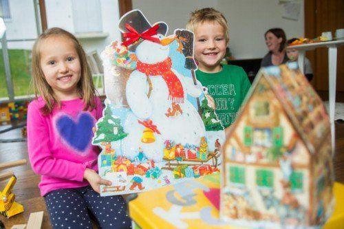 feature, weihnachten, advent, adventkalender, adventskalender, selina (vier jahre) und aron (fünf jahre) freuen sich das erste türchen ihres adeventkalenders zu öffnen