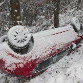 Auto kippt Berghang hinunter