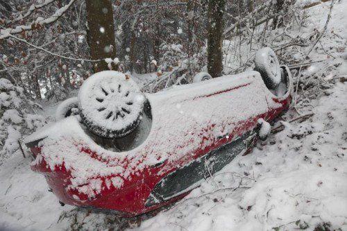 Feldkirch am 29.1.2014 VU Verkehrsunfall, PKW 7 Meter abgestuerzt, Fahrt vom Schellenberg nach Nofels, nach Rechtskurve ueber Fahrbahn gerutscht und in Wald gestuerzt. 27 Jahre alte Lenkerin und Beifahrer unverletzt ausgestiegen.
