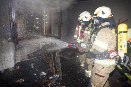 Hohenems 27.12.2014 Br. Brand FW Feuerwehr leerstehendes Wohnhaus von Jugendlichen genutzt und sitzecke und Polsterstuhl in Brand geraten. Bei den Loescharbeiten ist ein Feuerwehrmann vom Balkon gestuerzt und 2 Meter abgestuerzt. Er hat sich dabei vermutlich den Unterschenkel gebrochen.