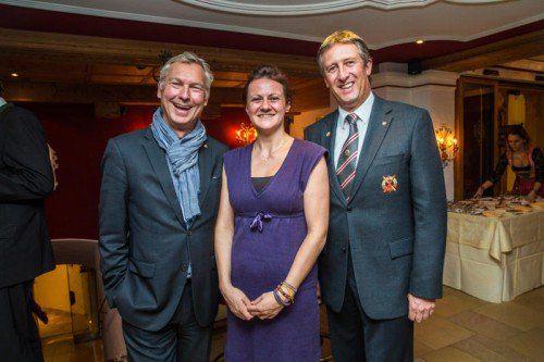 In Festlaune: Tourismusdirektor Hermann Fercher (l.) und Pia Herbst mit Moderator Stefan Jochum.