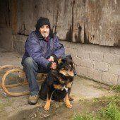 Obdachloser Mann mit Hund sucht Herberge