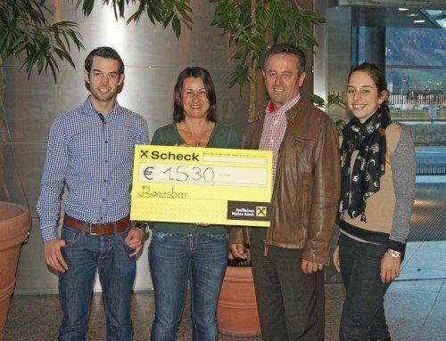 """Manuela, Josef und Thomas Loretz vom Verein """"Bonesbar"""" übergaben den Scheck an Susanne Marosch."""