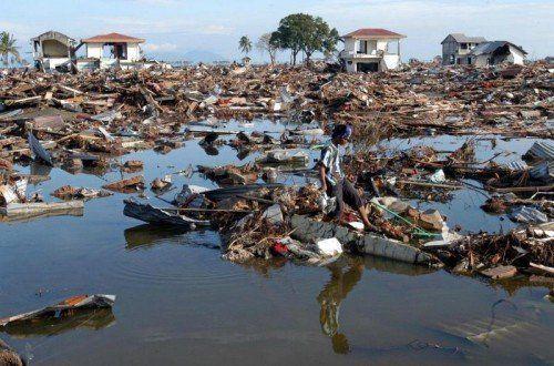 Meterhohe Tsunami-Flutwellen brachten Tod und Zerstörung – ausgelöst von einem gewaltigen Seebeben vor der Küste von Sumatra.  Foto: AP