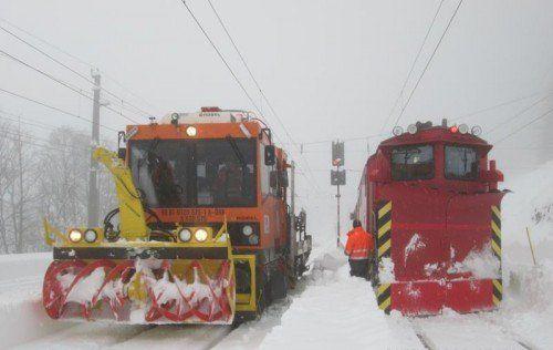 Mit Schneeschleuder (links) und Schneepflug rückt die ÖBB dem Schnee auf den Gleisen zu Leibe.  Foto: ÖBB